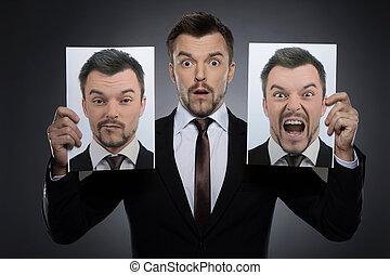 fotografías, diferente, sí mismo, escoger, joven, máscara, aislado, formalwear, gris, mientras, dos, tenencia, emociones, today., expessing, sorprendido, hombre