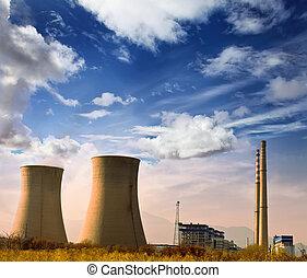 Fotos de la fábrica industrial con chimeneas de energía en el cielo azul en el área de Rurial