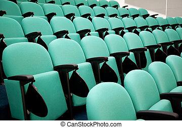 Fragmento de sala de conferencias vacías, filas de sillas
