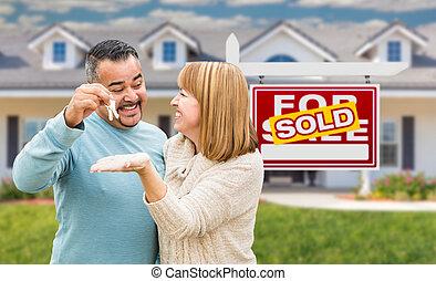 frente, casa, pareja, vendido, carrera, llaves, señal, bienes raíces, mezclado