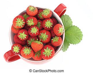 Fresas frescas en un tarro rojo