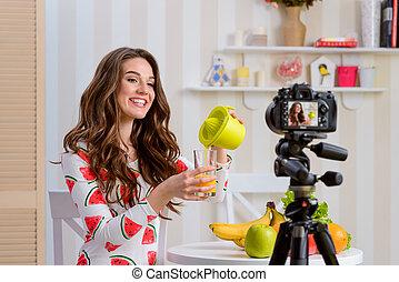 fresco, orange., el verter, cómo, juicer., vitaminas, otro, mujer, mucho, alimento, blogger, uno, útil, llenar, contenido, jugo, vidrio, explica