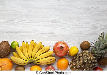 Fruta fresca en un fondo blanco de madera, desde arriba. Copia espacio. Planta.