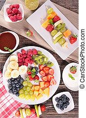 Fruta variada con salsas