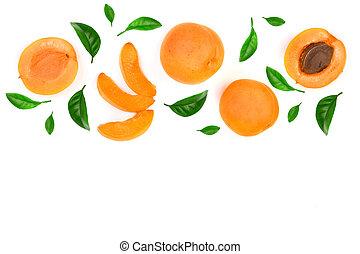 Frutas de albaricoque aisladas en fondo blanco con espacio de copia para su texto. La mejor vista. Patrón plano