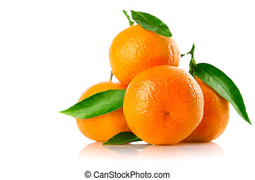 Frutas de mandarina frescas con hojas verdes aisladas