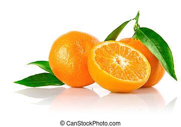 Frutas de mandarina frescas con hojas verdes