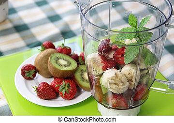 Frutas frescas en la licuadora