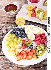 Frutas variadas y salsa