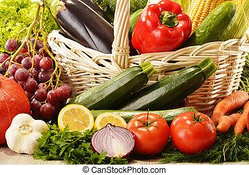 Frutas y verduras en cesta de mimbre