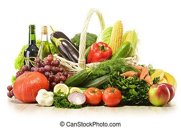 Frutas y verduras en la canasta de mimbre