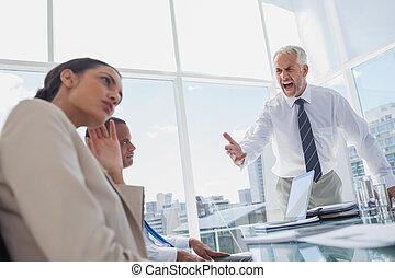 Furioso jefe gritando a sus colegas