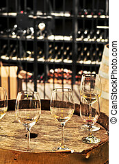 Gafas de vino y barriles