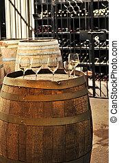 Gafas y barriles de vino