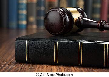 Gavel y el libro de leyes
