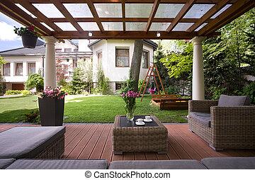Gazebo con elegantes muebles de jardín