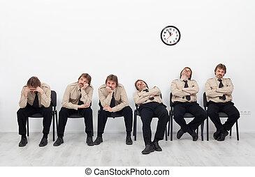Gente aburrida esperando
