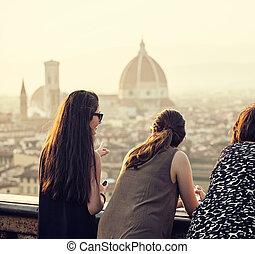 Gente al atardecer mirando la vista de Florencia.