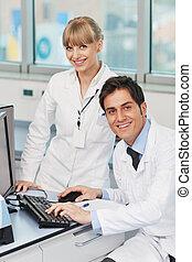 Gente científica en un laboratorio brillante