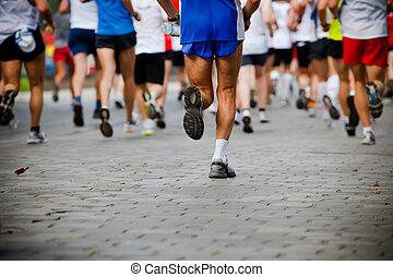 Gente corriendo en maratón de la ciudad