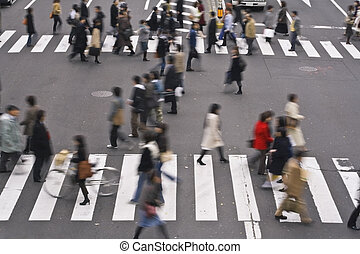 Gente cruzando la calle