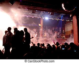 Gente de fiesta en Ibiza