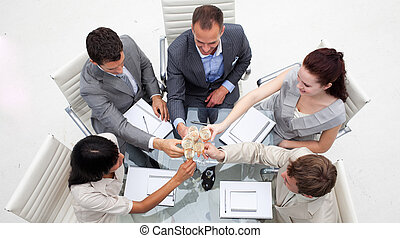 Gente de negocios brindando con champaña en la oficina