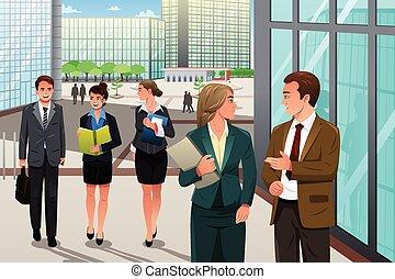 Gente de negocios caminando y hablando fuera de su oficina