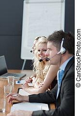 Gente de negocios con auriculares 2
