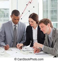 Gente de negocios concentrada estudiando informes de ventas