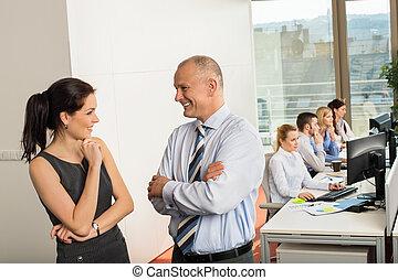Gente de negocios conversando en el cargo