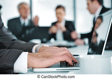 Gente de negocios discutiendo en la sala de reuniones