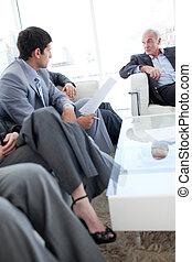 Gente de negocios discutiendo en una sala de espera