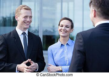 Gente de negocios durante una pequeña charla