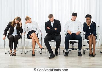 Gente de negocios durmiendo en la sala de espera