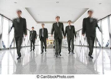 Gente de negocios en el pasillo 2
