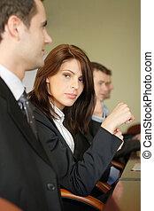 Gente de negocios en la mesa de conferencias