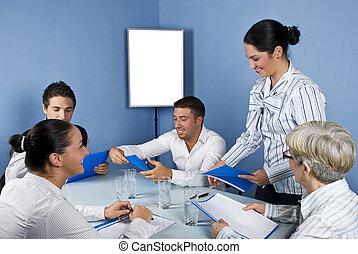 Gente de negocios en medio de una reunión