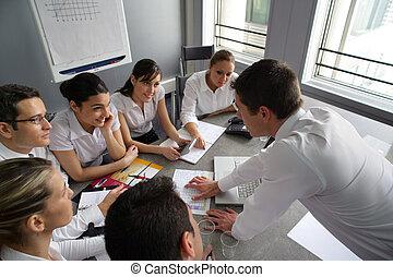 Gente de negocios en un entrenamiento profesional