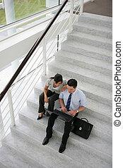 Gente de negocios en una escalera