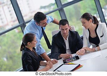Gente de negocios en una reunión en la oficina