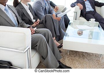 Gente de negocios en una sala de espera