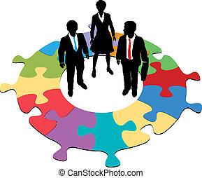 Gente de negocios, equipo de solución de rompecabezas circular
