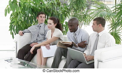 Gente de negocios esperando una entrevista