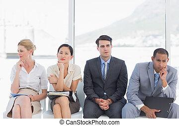 Gente de negocios esperando una entrevista de trabajo en la oficina
