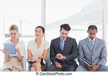 Gente de negocios esperando una entrevista de trabajo