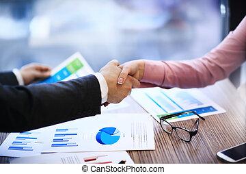 Gente de negocios estrechando la mano