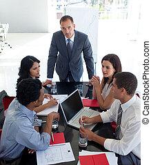 Gente de negocios estudiando un nuevo plan de negocios