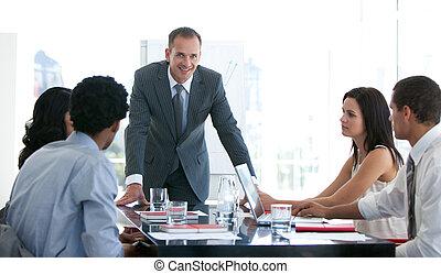 Gente de negocios estudiando un nuevo plan en una reunión