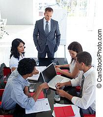 Gente de negocios estudiando un nuevo proyecto en una reunión